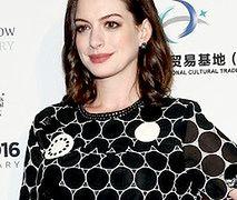Anne Hathaway w sukience mini