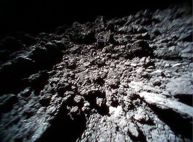JAXA pokazała nowe zdjęcia z powierzchni asteroidy