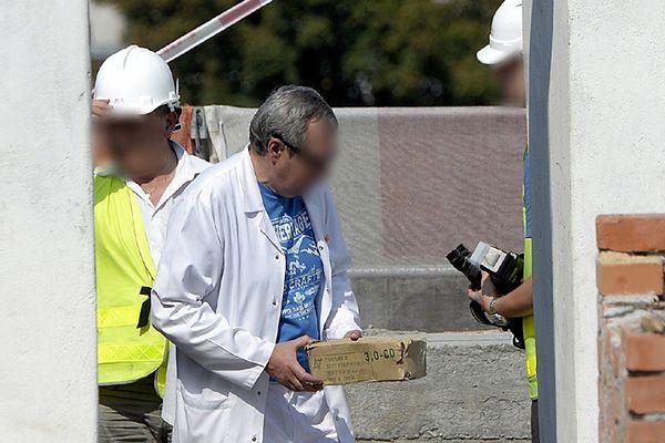 Lekarz trzyma w ręku pudełko ze zmumifikowanym płodem, który odnaleziono na poddaszu remontowanego budynku w Przemyślu