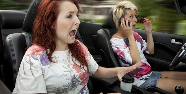Albo rozmawiasz, albo prowadzisz!
