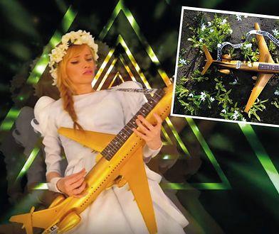 """Ada Karczmarczyk z gitarą jak samolot. """"Lecimy ze Smoleńska z powrotem"""""""