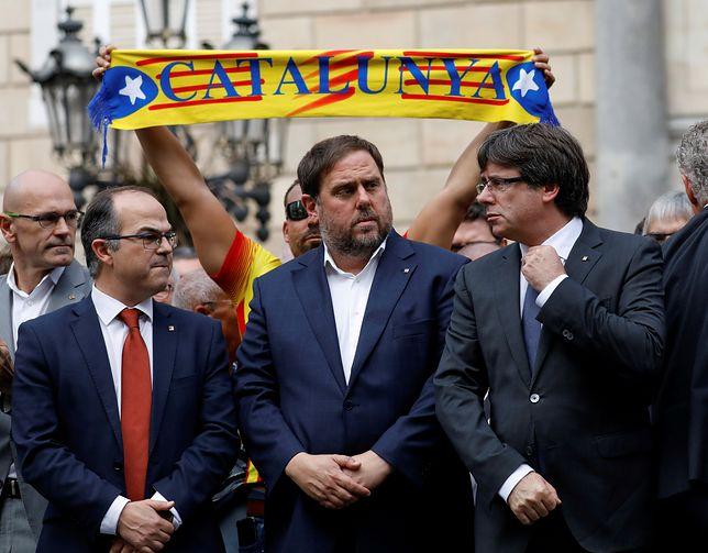 """Premier Katalonii Carles Puigdemont (L) oznajmił, że Katalonia """"zdobyła prawo do niepodległości"""""""