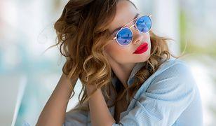 Błękitna koszula, szmizjerka lub sukienka to dobra baza do wiosennych stylizacji