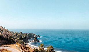 Pas wybrzeża Costa del Sol to zarówno piaszczyste, jak i kamieniste plaże z przejrzystą wodą morską
