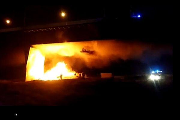 """Pożar pod mostem Łazienkowskim w Warszawie. """"Pali się konstrukcja"""""""