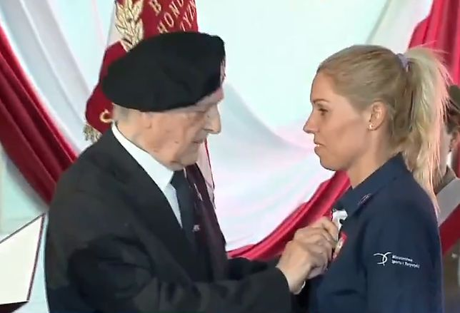 Zofia Klepacka otrzymuje tytuł honorowego członka związku żołnierzy AK