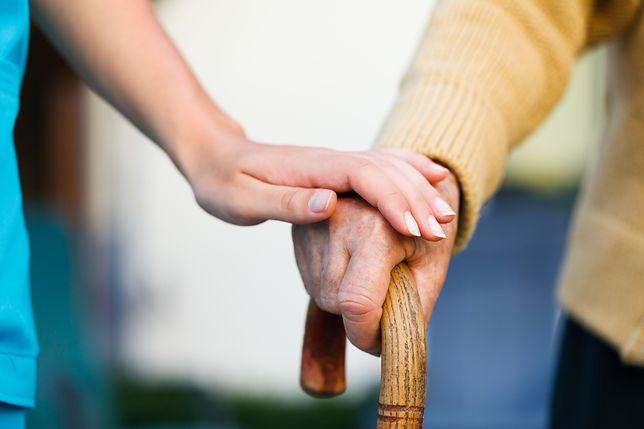 93-latka leży na klatce. Wcześniej oddała mieszkanie za opiekę