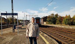 Pan Przemek jest po dwóch operacjach kręgosłupa. Porusza się o kulach, często korzysta też z wózka inwalidzkiego.