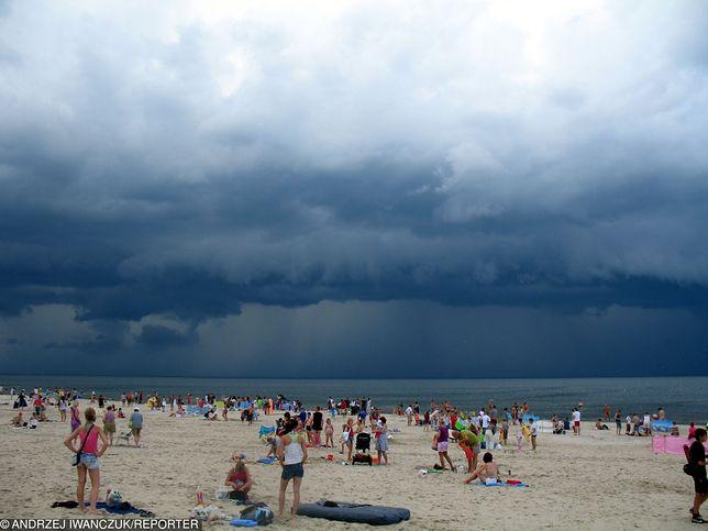 Burze i deszcz wygoniły m.in. turystów z plaż nad Bałtykiem
