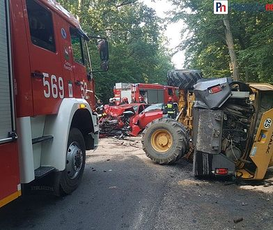 Impet zderzenia był na tyle duży, by przewrócić maszynę budowlaną