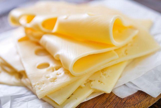 Ser żółty najczęściej kładzie się po prostu na kanapki, jednak jego zastosowanie w kuchni jest szersze. Przepisy z serem żółtym