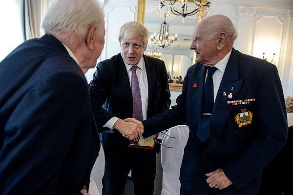 Boris Johnson ściska dłoń Antoniego Łapińskiego w towarzystwie Henryka Anusiewicza podczas spotkania z kombatantami w Bristolu