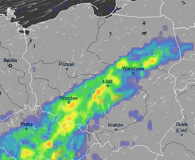 W piątek strefa ulew znajdzie się nad centrum Polski. Po przejściu frontu temperatura spadnie do 18-20 st. C