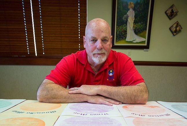 Denis Hope z certyfikatami sprzedaży działek na księżycu.