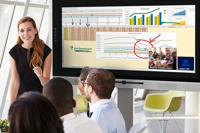 Newline TRUTOUCH z serii X podczas wideokonferencji i pracy z arkuszem kalkulacyjnym.