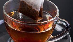 Herbata zawiera kilka związków, które wywołują przebarwienia