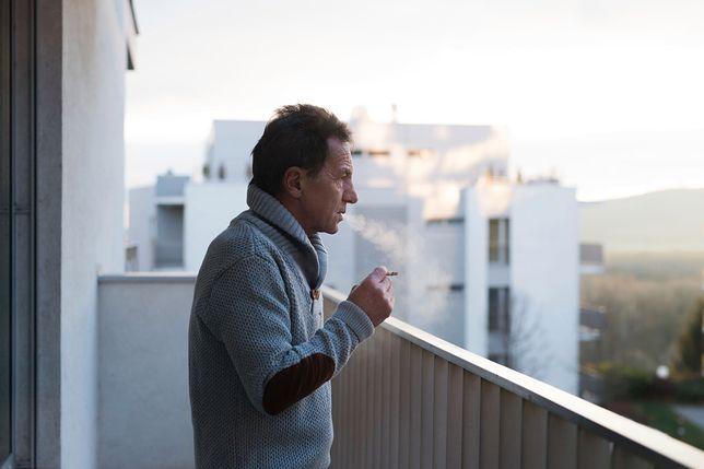 """""""Wolnoć, Tomku, w swoim domku"""". O palenie na balkonie toczy się odwieczny spór"""