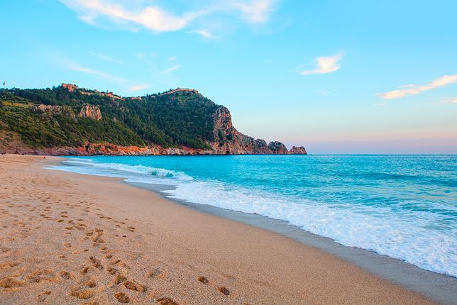 Na najpopularniejszej w Alanyi plaży Kleopatry można zażywać kąpieli w pięknej scenerii