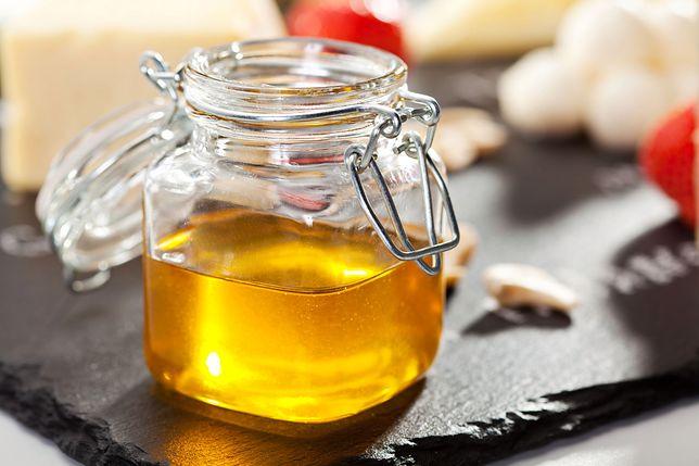 Miód to słodki produkt spożywczy, który ze względu na swoje walory odżywcze i smakowe od pokoleń wykorzystywany jest jako składnik obiadów, sosów i deserów. Przepisy z miodem