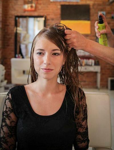 Jak uzyskać efekt puszystych, lekko splątanych włosów?