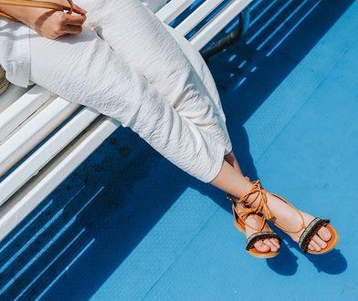 Odciski na stopach powodują dyskomfort podczas noszenia letniego obuwia.