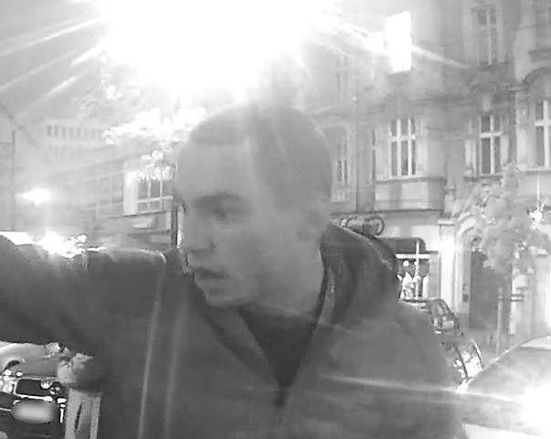 Poznań. Policja publikuje nowe zdjęcia mężczyzn, którzy pobili mieszkańca kamienicy
