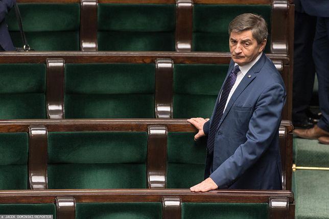 Marek Kuchciński porusza się w towarzystwie ochroniarzy