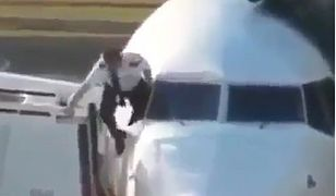 Pilot próbował wejść do samolotu przez okno