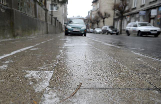 """Pogoda. """"Szklanka"""" na drogach. """"Auta leżą w rowie co kilka metrów"""""""
