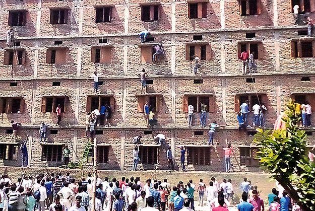 Bliscy uczniów próbują podpowiadać im w czasie egzaminu