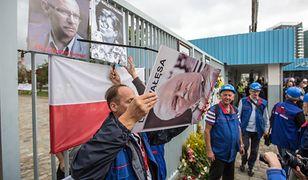 """Wśród fotografii zdjętych przez """"Solidarność"""" były wizerunki m.in. Lecha Wałęsy i Lecha Kaczyńskiego"""