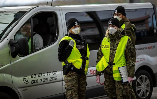 Koronawirus. Chcieli zrobić sobie zdjęcie, wylądowali z mandatem na kwarantannie (zdjęcie ilustracyjne)