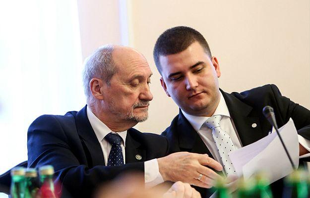 Minister obrony narodowej Antoni Macierewicz oraz rzecznik prasowy MON Bartłomiej Misiewicz