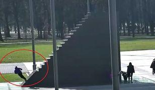Jeździli na hulajnogach pod pomnikiem smoleńskim. Jest reakcja policji