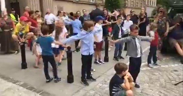 Nietypowy protest rodziców przed ministerstwem. Tańczyli i śpiewali