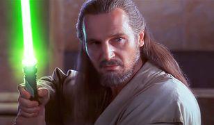 Liam Neeson jako Qui-Gon Jinn.