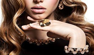 Złoto ma wiele różnych odcieni, które są zależne od metali obecnych w stopie.