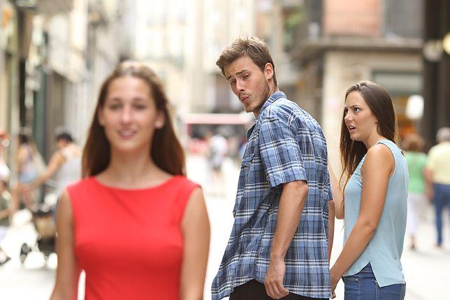 """""""Mężczyzna w związku zaspokaja swoją potrzebę oglądania się za obcymi kobietami"""", czyli zdjęcie ze stocka, które w 2017 stało się kanwą niezliczonej liczby memów."""