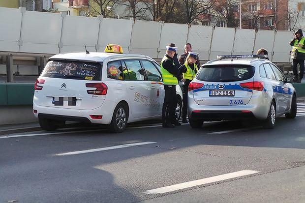 Policja szuka kierowcy taksówki. Jechał z pasażerami