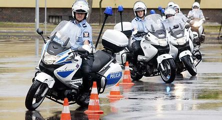 Policjanci ćwiczą na torze wyścigowym