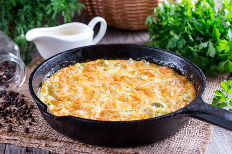 Przepis na duszone jajka z porem. Szybki, sycący i zdrowy obiad