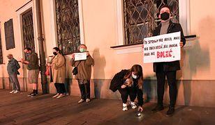 """Protest przed kurią w Krakowie przeciwko ukrywaniu przez kościelnych hierarchów księży pedofili, po emisji filmu braci Sekielskich pt. """"Zabawa w chowanego""""."""