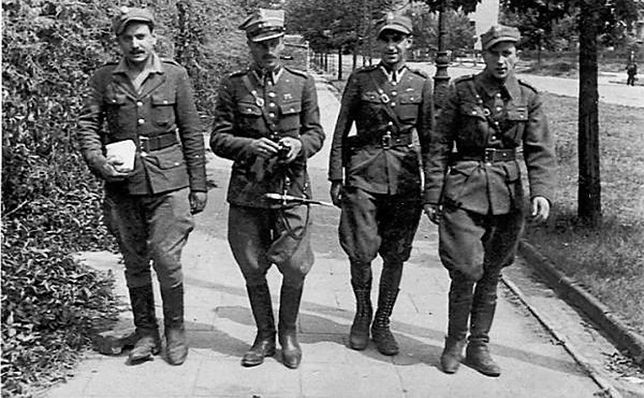 """Kpt. Jan Kosowicz """"Ciborski"""" (drugi z lewej) z oddziałem osłonowym dowództwa DSZ"""