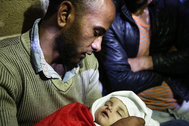 Krewny trzyma ciało 8-miesięcznej Layili al-Ghandour. Dziecko miało zginąć z powodu wdychania gazu łzawiącego podczas starć na granicy Gaza-Izrael