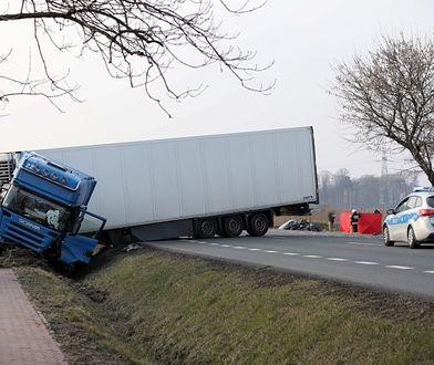 """Tragiczny wypadek na krajowej """"50"""". Tir czołowo zderzył się z autem osobowym"""
