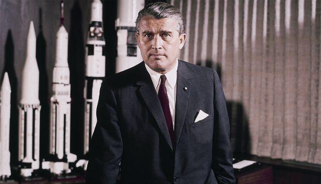 Wernher von Braun jako dyrektor należącego do NASA Centrum Lotów Kosmicznych im. George''a Marshalla. 1 maja 1964 r.