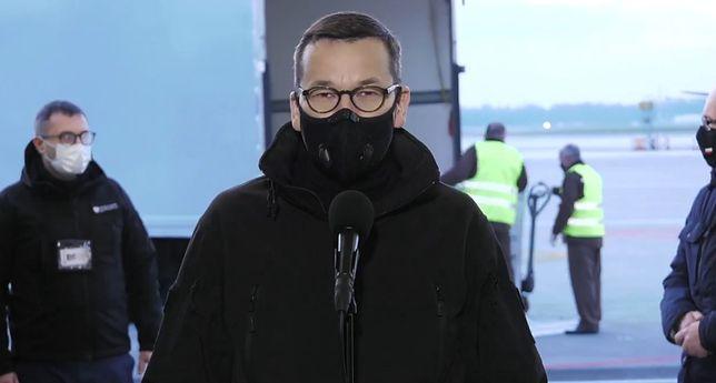 Szczepionka na COVID. Premier Mateusz Morawiecki na Okęciu