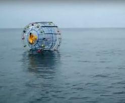 W wielkiej bańce chodzi po oceanie. Chce dojść na Bermudy