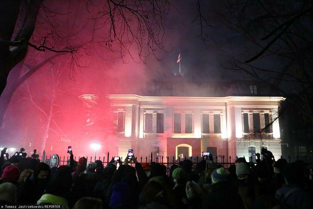 Strajk kobiet w Warszawie. Policja: 3 osoby zatrzymane podczas protestu (NA ŻYWO)