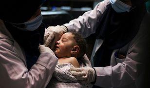 Strefa Gazy w ogniu. Z ruin domu wydobyto niemowlę